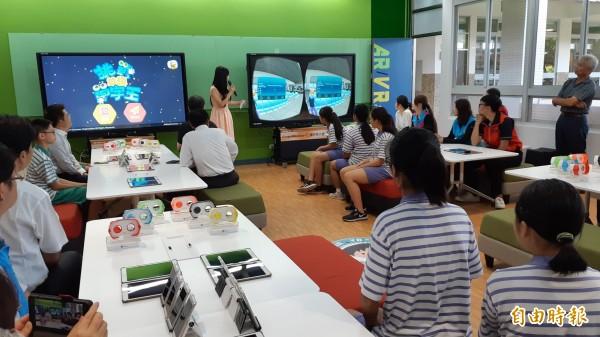 台東縣政府在東海國中打造全縣第一個國中AR/VR教室,讓學生坐在沙發,進入虛擬環境學習英語,不再只是坐在板凳盯著黑板。 (記者黃明堂攝)