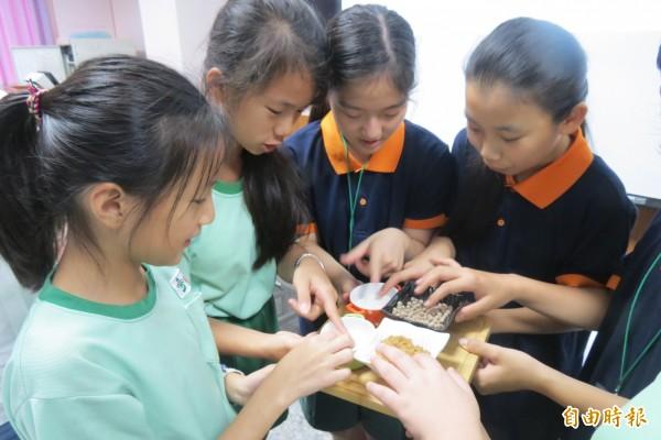 惠文國小學童指導韓國學童手作珍珠粉圓。(記者蘇孟娟攝)