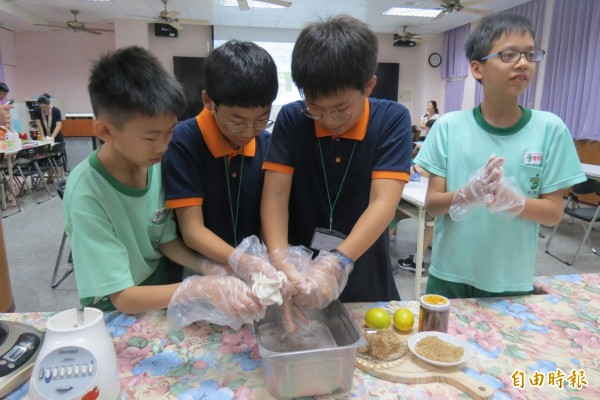 愛玉子可以製成天然「果凍」吸引韓國學童新鮮體驗。(記者蘇孟娟攝)
