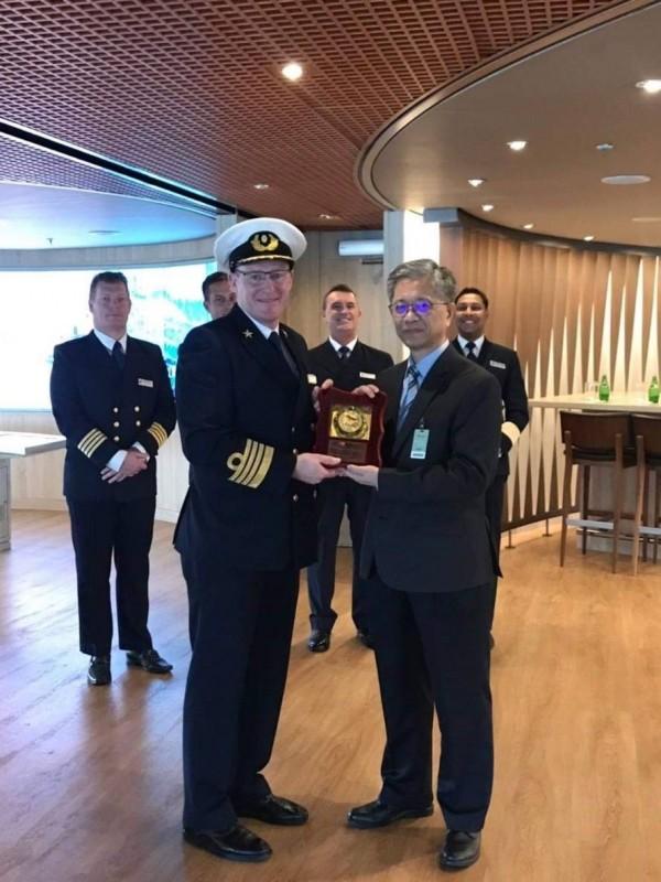 「偉特丹號」郵輪首航基隆港,港務公司登輪致贈首航紀念牌。(記者林欣漢翻攝)