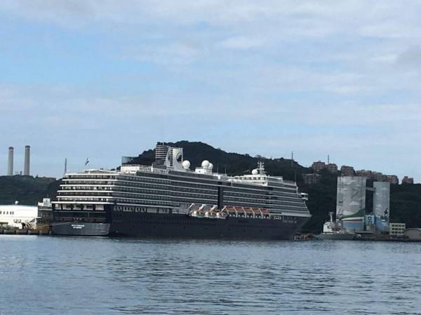 今年第7艘首航基隆港的「偉特丹號」郵輪,明天(7日)下午4點離港前,將與同集團、下午2點抵達的歌詩達郵輪「新浪漫號」,上演短暫的「雙輪會」。(記者林欣漢翻攝)