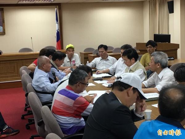 抗議的漁民代表與漁業署長黃鴻燕等官員協調。(記者林良昇攝)