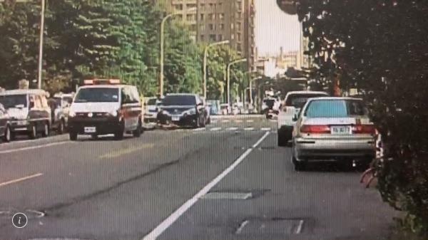 事故發生當時,有民眾拍到救護車趕抵將林男送醫的影片。(民眾提供)