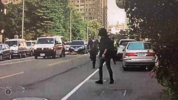 影片中疑似李女的女子車禍發生後在現場錄影,警方發現上前關切。(民眾提供)