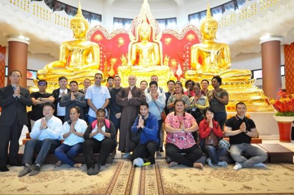 20國參訪政要在聖山寺金佛殿三尊金佛前合影留念。(靈鷲山佛教教團提供)