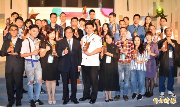 鄭文燦(前左4)與獲獎「金牌好店」的店家合影。(記者李容萍攝)