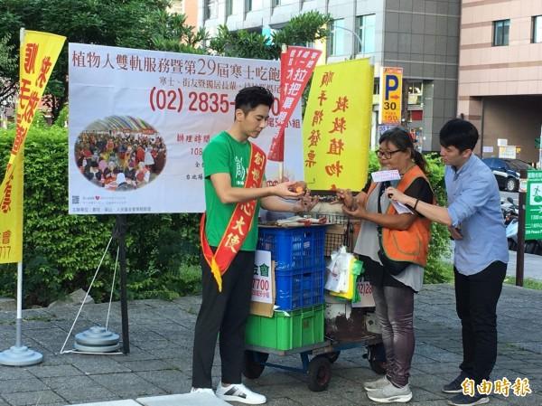 藝人李國毅擔任烤瓜一日店長。(記者楊綿傑攝)
