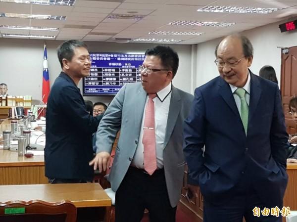 召委林為洲(左起)與民進黨立委李俊俋、柯建銘唇槍舌戰。(記者謝君臨攝)