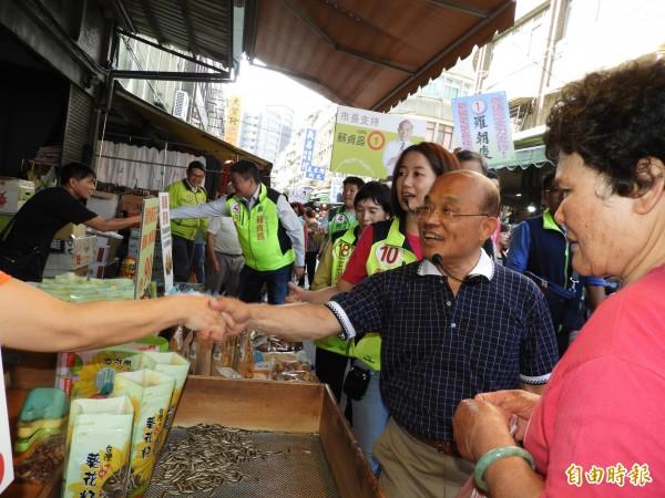 民進黨新北市長候選人蘇貞昌今天上午至板橋區市場掃街拜票。(記者賴筱桐攝)