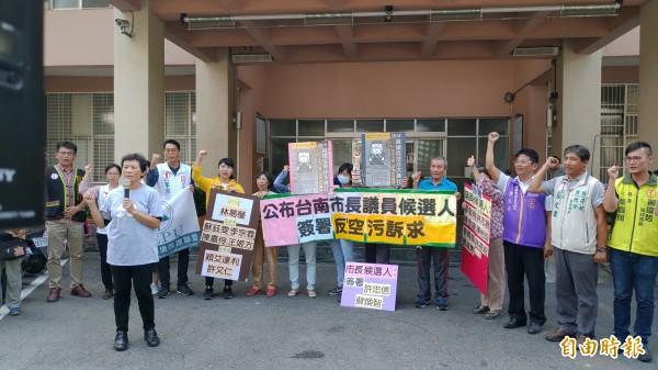 環團公布2018台南市長、議員候選人簽署反空污訴求結果,6位市長候選人中,僅黃偉哲未簽署。(記者蔡文居攝)