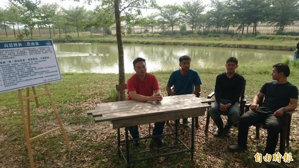 國民黨台南市長候選人高思博(左一),今天下午參訪官田區時生永續農場,了解有機農業發展現況,提出新三農政策,農場不只生產有機蔬果,也營造農場生態環境。(記者楊金城攝)
