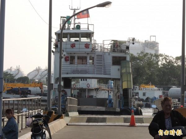 前鎮與旗津中洲航線渡輪,大多數乘客都是旗津居民。(記者王榮祥攝)
