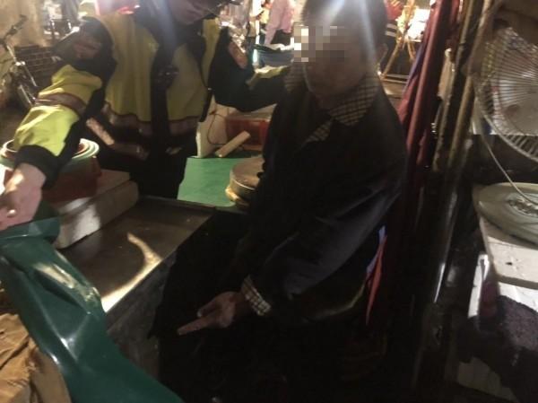 辛男深夜到新北市板橋民享市場偷竊漁獲想煮海鮮鍋,被九如里長與巡守隊發現,扭送警局法辦。(記者吳仁捷翻攝)