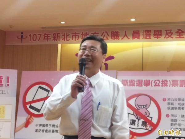 新北勢選委會副總幹事黃堯章說明投票日當天的選務作業。(記者何玉華攝)