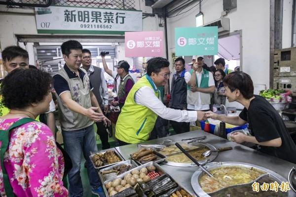 桃園市長鄭文燦今起請假拚連任,逐一與攤商握手致意。(記者許倬勛攝)