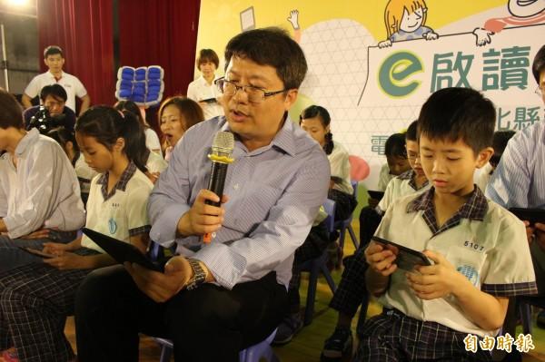 校長帶領學生導讀電子書。(記者張聰秋攝)