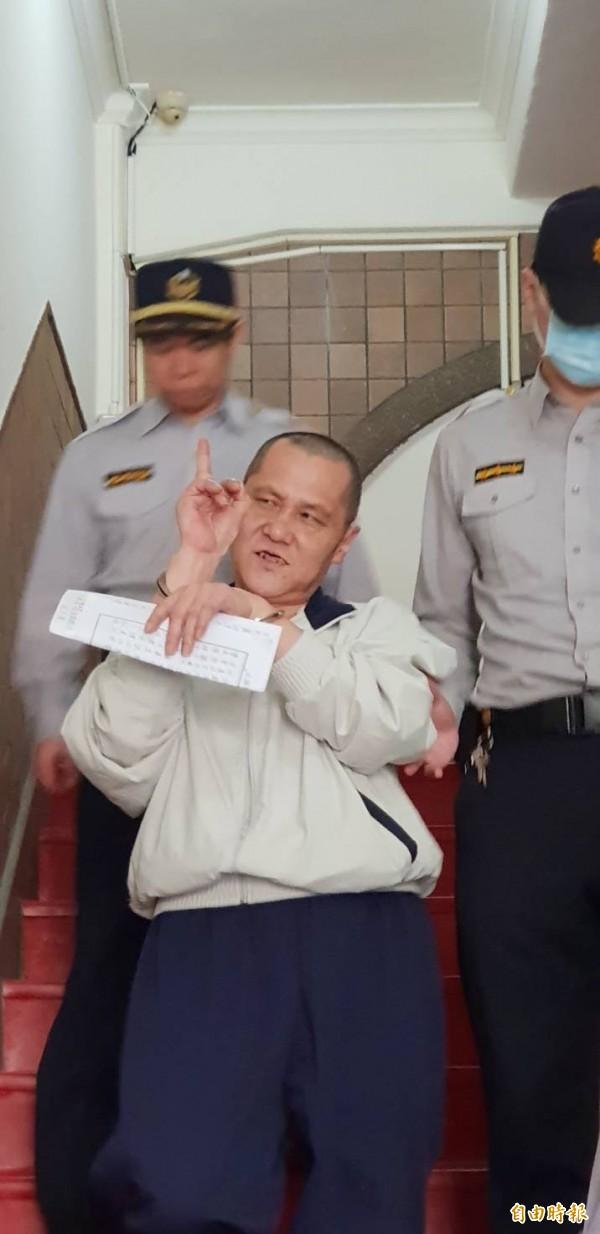 縱火燒死父母等六條命的翁仁賢,今在高院更一審不僅罵受命法官「FUCK YOU」,庭後被還押還「比中指」表示是他的心聲,態度囂張。(記者楊國文攝)