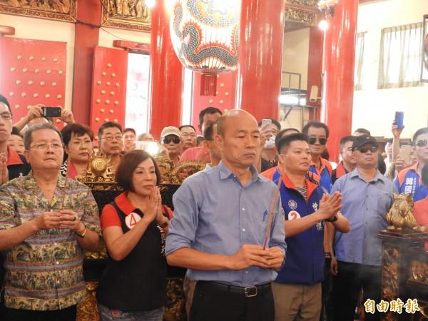 韓國瑜前往三民區玉皇宮參拜。(記者葛祐豪攝)