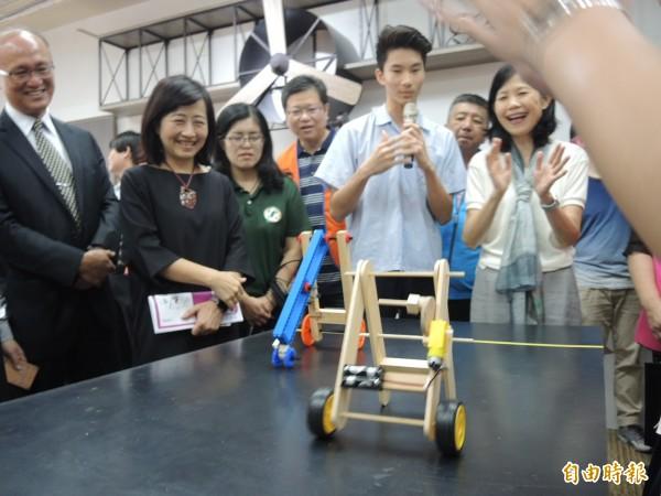 福和國中學生展示運用「跨域實創教育廊帶」設備研發的作品。(記者翁聿煌攝)