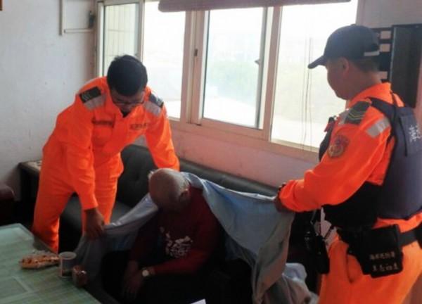 呂男被海巡人員救起後,情緒激動表示「天天都有人上門討債,真的不想活了!」(記者彭健禮翻攝)