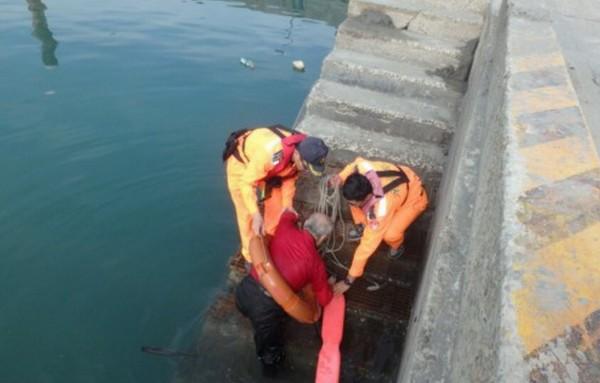 海巡人員將呂男從水中救起。(記者彭健禮翻攝)