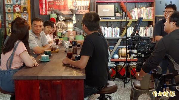 高思博今天拍30秒競選廣告「催票未來篇」,號召年輕人返鄉投票。(記者蔡文居攝)