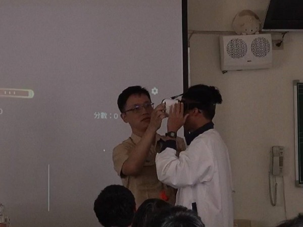 台南二中主任教官馬志博(左),運用VR授課,讓學生體驗火場實境。(台南二中提供)