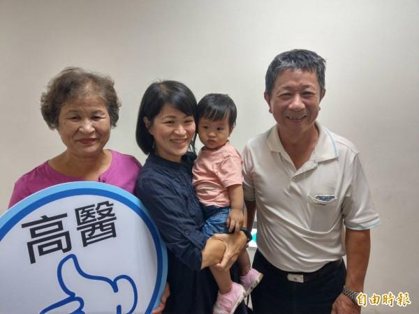 新手媽媽黃小姐(左2)由父母親陪同,帶著1歲大女兒分享哺乳經驗。(記者方志賢攝)