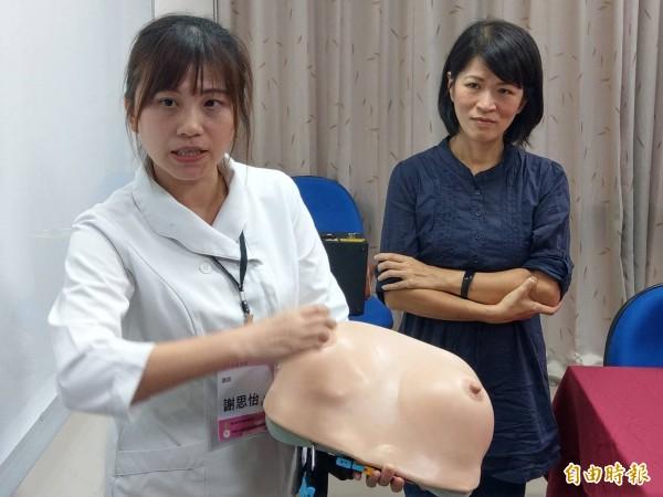 衛教師謝思怡(左)指導餵奶技巧,讓黃姓新手媽媽如願哺育母乳。(記者方志賢攝)