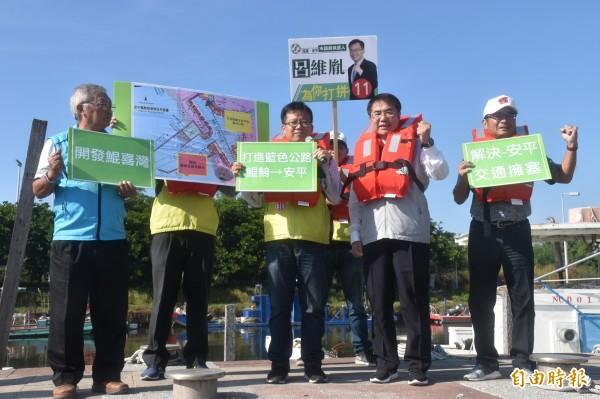 黃偉哲(右二)與呂維胤(左三)一同提出打造藍色公路的政見。(記者邱灝唐攝)