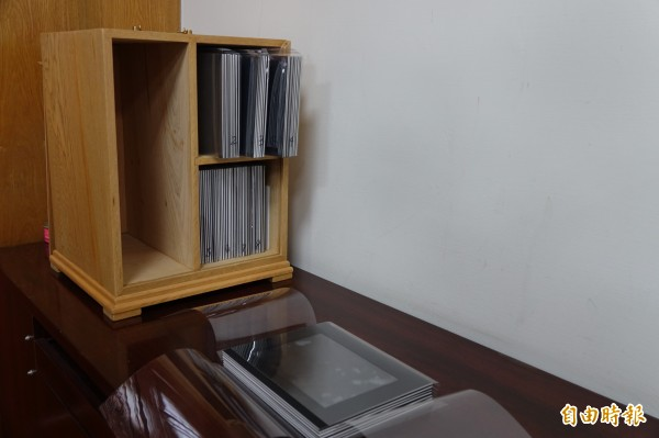 鹿港鎮公所珍藏一批日治時代的玻璃底片,還特地做木盒子珍藏。(記者劉曉欣攝)
