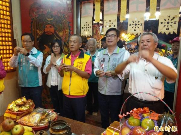 民進黨高雄市長候選人陳其邁(右2)在高雄市議長康裕成(左2) 、立委李昆澤(左1)等人陪同今晚出席福安宮健康日養生餐會,抵達後先向神明上香參拜。(記者方志賢攝)