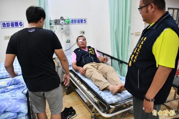 恆春鎮代蔡新滿臉血送醫,暫時留在急診室觀察。(記者蔡宗憲攝)