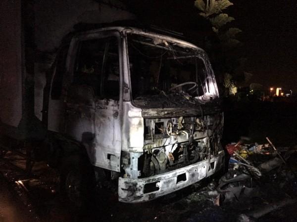 鹿港暗夜傳出火災,延燒到大貨車的車頭。(記者劉曉欣翻攝)