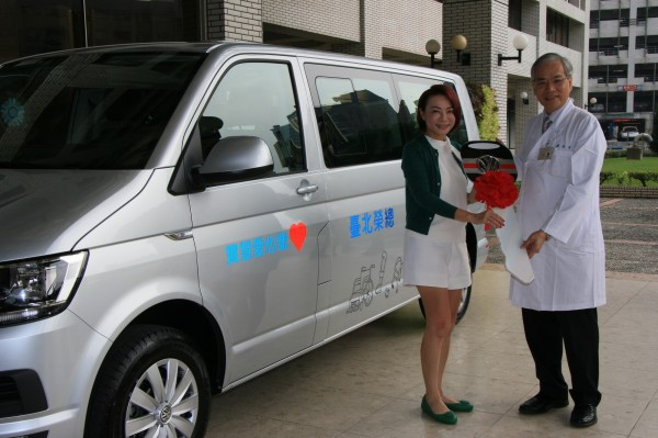 媒體人黃寶慧(左)捐車表達感謝醫護人員的照顧,由台北榮總副院長陳威明(右)代表接受。(北榮提供)