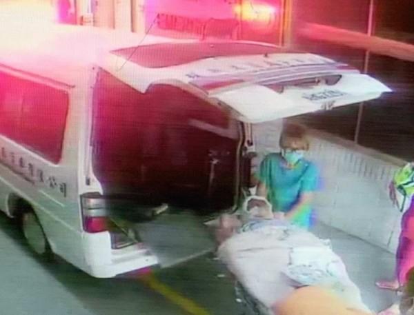 67歲阿嬤慘遭狗群追咬成重傷,全身以白紗布包覆轉送彰基搶救。(記者湯世名翻攝)