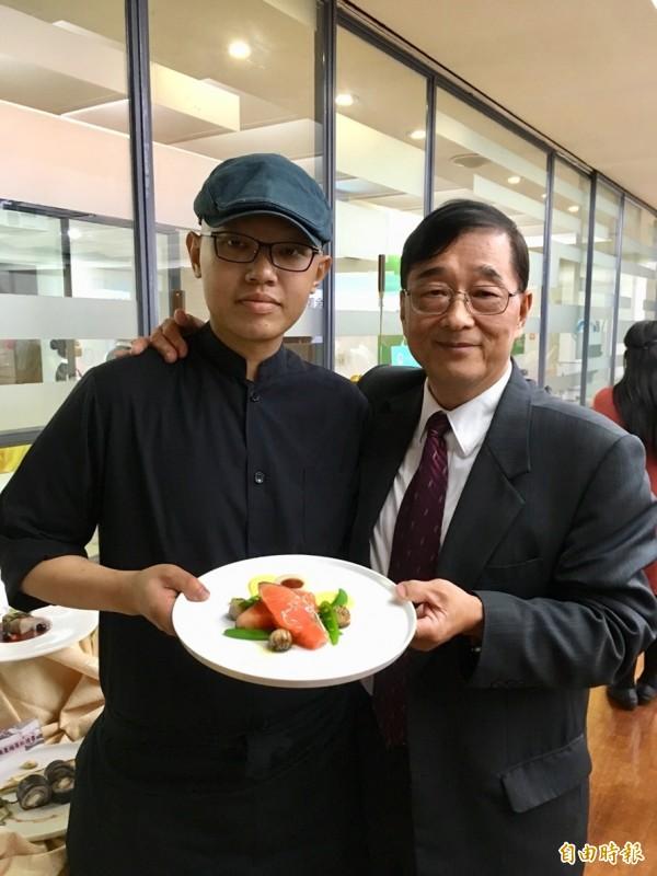 陳方威(左)表示,他已經撐一年半了,環球科大校長陳益興(右)心疼地表示,全力協助方威,也為他加油打氣。(記者林曉雲攝)