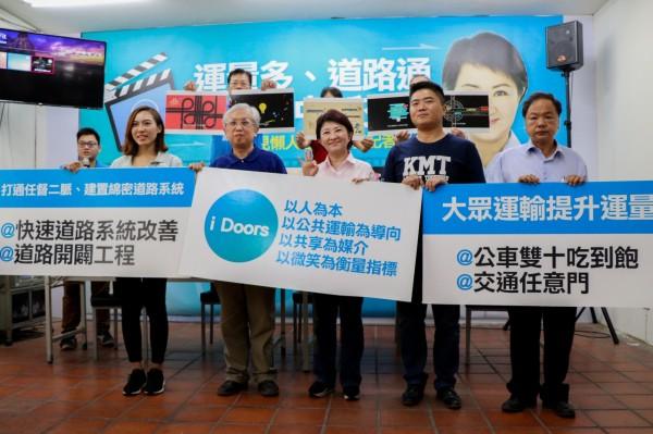 盧秀燕(右三)、林良泰(右四)等人召開記者會,發表交通政見。(盧秀燕競選總部提供)