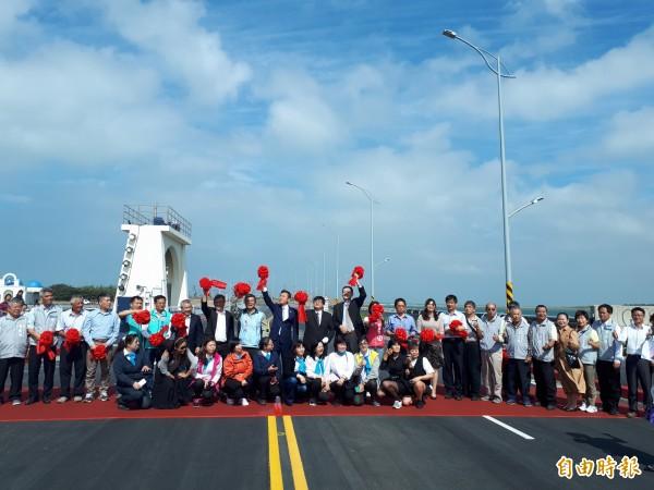 新竹人等了14年的新竹市南寮大道今天終於通車了,居民和民代一起參與通車,直呼真的等很久了。(記者洪美秀攝)