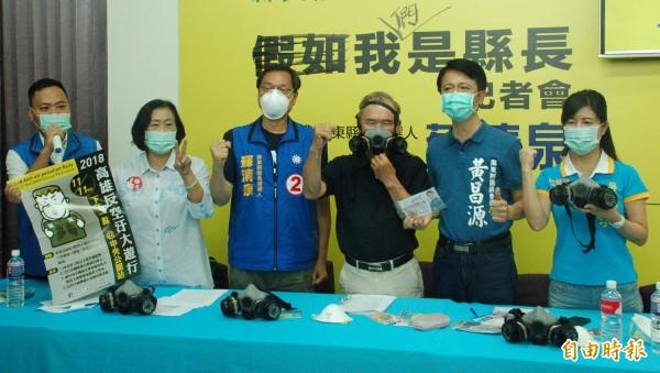 蘇清泉(左3)準備口罩及防毒面具等道具,批評民進黨無力改善空污。(記者李立法攝)