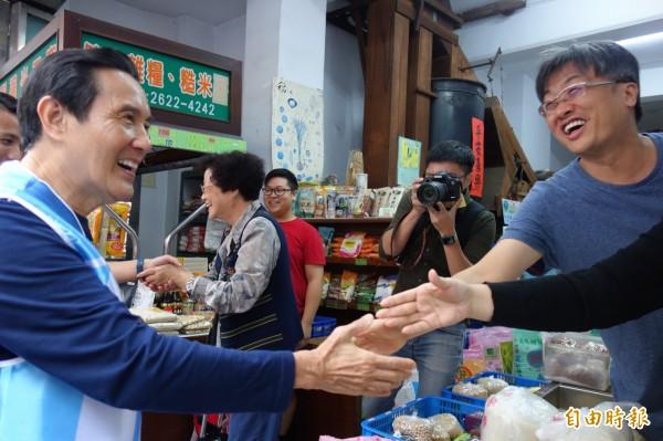 前總統馬英九今午現身淡水老街,店家熱情招呼。(記者葉冠妤攝)