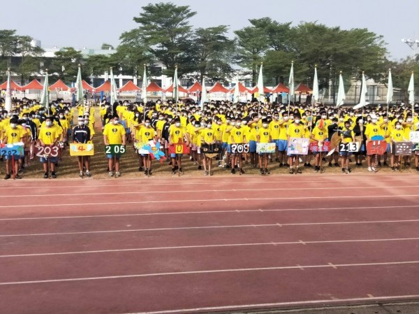 師生和來賓全體戴上口罩,進行運動會開幕典禮。(王家貞辦公室提供)