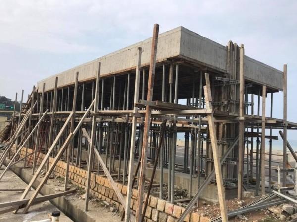 瑞芳區公所利用興建候車亭的機會,將屋頂打造成觀景平台。(記者林欣漢翻攝)