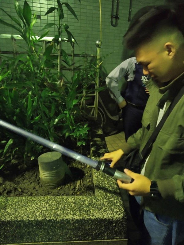 警方找到斷裂的劍身。(記者王宣晴翻攝)
