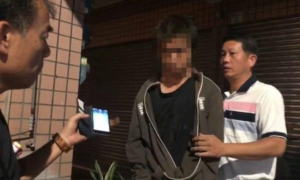 警方到嘉義市逮獲徐姓男子(中)。(圖由竹崎警分局提供)