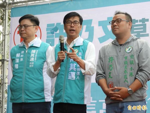 韓國瑜高唱〈夜襲〉「鑽向敵人的心臟」,陳其邁(中)回應說:「選舉不要那麼殺戮」。(記者葛祐豪攝)
