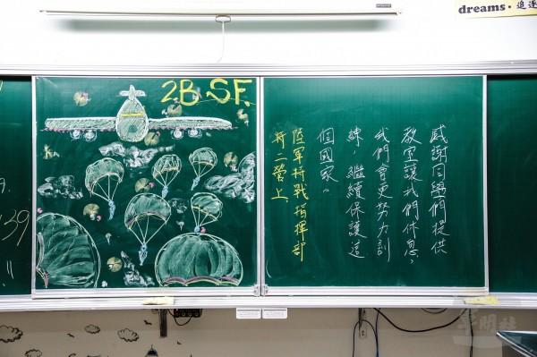 胡羽震以C-130運輸機配合朵朵傘花的畫作,向同學們致意。(圖由軍聞社提供)