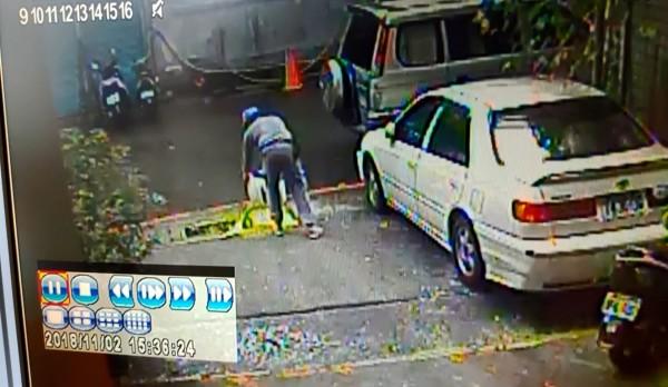 稽查員調閱監視器確認偷倒油漆廢料者身分。(環保局提供)