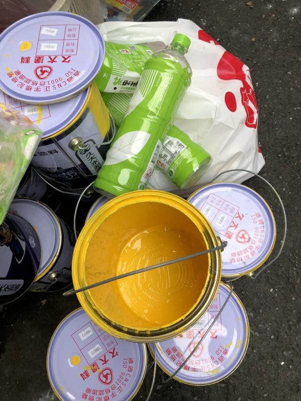 環保局查獲現場油漆廢料所留下的空瓶罐。(環保局提供)