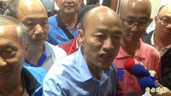 被媒體問到,在辯論會上,對手陳其邁可能會問很細的市政問題,有把握回答嗎?韓國瑜回答說,沒關係,我游泳狗爬式跟自由式都會。(記者黃旭磊攝)